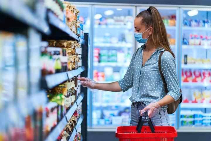 Kundin im Supermarkt in Zeiten der Pandemie