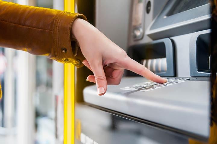 Bankautomat mit Kundin