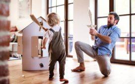 Eltern und Kinder spielen