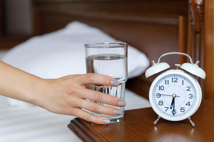 Glas Wasser auf dem Nachttisch