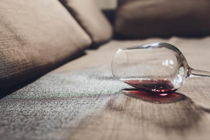 Verschütten von Getränken auf dem Sofa