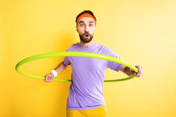 Hula-Hoop um die Hüfte kreisen
